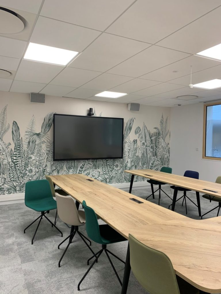 A meeting room with screen in H³ - smartbuilding